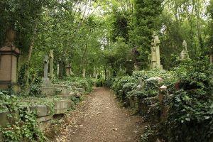 1200px-Highgate_Cemetery_East